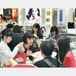 化粧品売り場は中国人でいっぱい(C)共同通信社