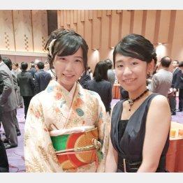渡辺愛女流王位(左)と堀彩乃女流2級(右)/(撮影・田丸昇)