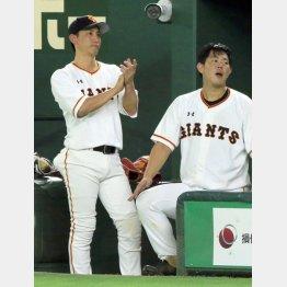 5日も出場がなくベンチで試合を見守った小林(左)/(C)日刊ゲンダイ