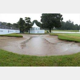 昨年のブリヂストンOP最終日の18番のバンカーは大雨で池のようになった(C)共同通信社