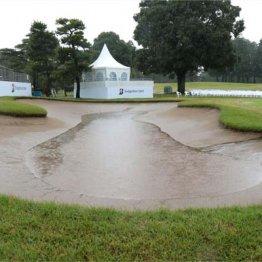 昨年のブリヂストンOP最終日の18番のバンカーは大雨で池のようになった