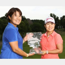 米ツアー初優勝し、母・博美さん(左)と笑顔でトロフィーを手にする畑岡奈紗(C)共同通信社