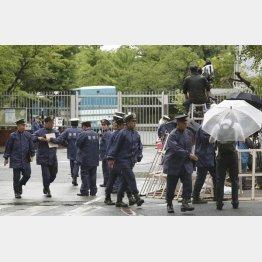 東京拘置所前で警戒する警察官(6日)/(C)共同通信社