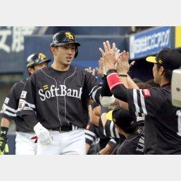 本塁打を放ちナインに迎えられる西田(C)日刊ゲンダイ