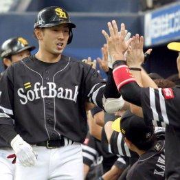 本塁打を放ちナインに迎えられる西田