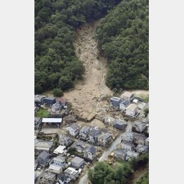 広島県熊野町の土砂崩れ現場(C)共同通信社