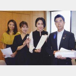 牧原秀樹厚労副大臣に児童虐待防止に関する要望書を提出した(左から)真鍋かをり、坂本美雨、犬山紙子(C)共同通信社