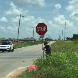 折れた標識支え…事故防止に尽くした米17歳少年に絶賛の声