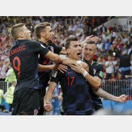 イングランド戦で決勝ゴールを決めたマンジュキッチ(手前右)/(C)共同通信社