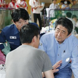 岡山の被災地を視察(C)共同通信社