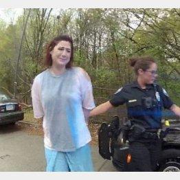 警官に連行されるサラさん(WXIA-TVのユーチューブから)