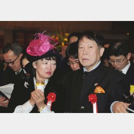 アパホテル社長の元谷芙美子氏(左)と、アパグループ代表の元谷外志雄氏(C)日刊ゲンダイ