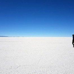 視覚障害の仏人男性が「世界最大の塩湖横断」を始めたワケ