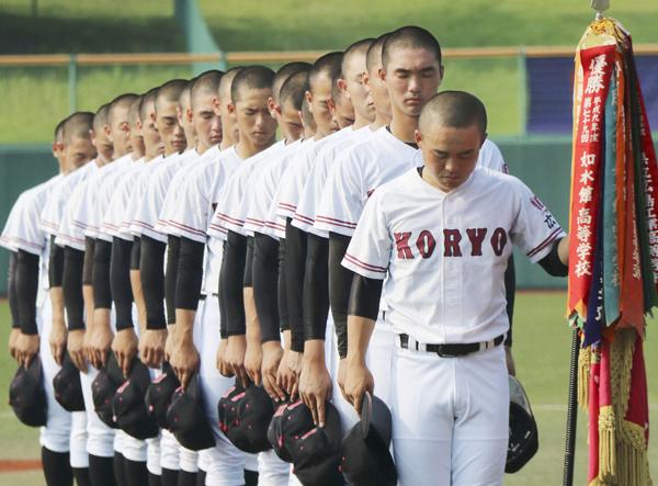 広島大会開会式で、西日本豪雨の犠牲者に黙とうをささげる選手たち(C)共同通信社
