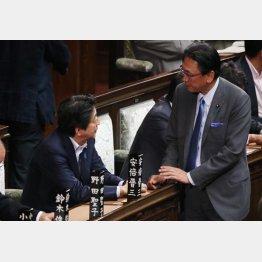 衆院本会議で安倍首相に声をかける古屋議員(C)日刊ゲンダイ