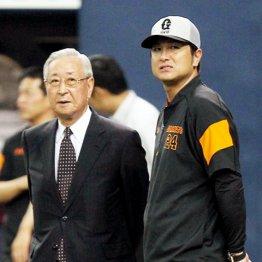辞任した老川オーナー(左)と高橋監督