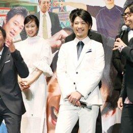 俳優陣に絡む明石家さんま(左)