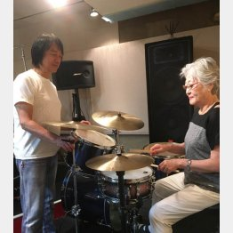 山木秀夫氏(左)と、スティックで軽快なリズムを刻む田中昌子さん(C)日刊ゲンダイ