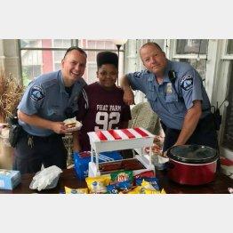 ホットドッグを買いに来た警察官とジェーカン君(「GoFundMe」のサイトより)