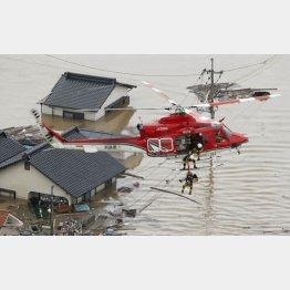 冠水した岡山県倉敷市真備町で、救助活動する防災ヘリコプター(C)共同通信社