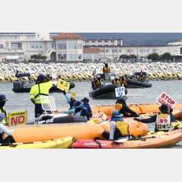 沿岸部の護岸工事付近で、カヌーから抗議の声を上げる人々(C)共同通信社