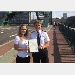 ウェアマウス橋でハンターさん(左)に楯を贈るピット警視長(ノーザンブリア市警のツイッターから)