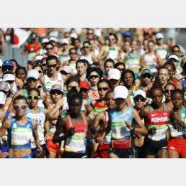 今度は何人ゴールにたどり着けるか(リオ大会の女子マラソン)(C)共同通信社