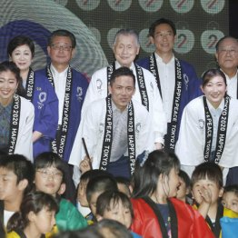 24日に行われた五輪カウントイベント(中央が森組織委員長)
