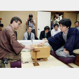 羽生善治棋聖(左)を破り、初タイトルを獲得した豊島将之八段(C)共同通信社