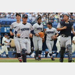 26日、決勝進出を決めた横浜も昨夏の甲子園初戦敗退組(C)日刊ゲンダイ