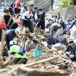土砂の撤去作業をする住民やボランティア(C)共同通信社