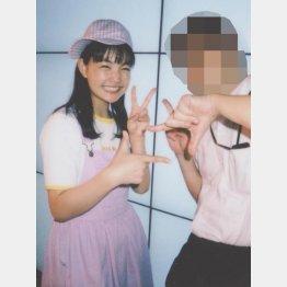 リーダーの我妻桃美ちゃんとチェキ(提供写真)
