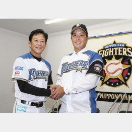 トレードでロッテから日本ハムに移籍した藤岡(右)と栗山監督(C)共同通信社