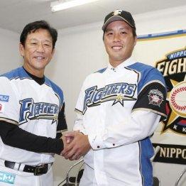 トレードでロッテから日本ハムに移籍した藤岡(右)と栗山監督