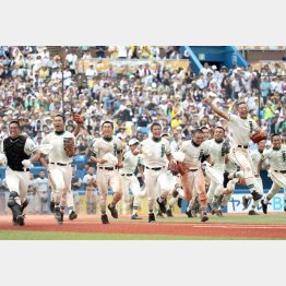 29日に東東京大会を制した二松学舎大付ナイン(C)日刊ゲンダイ