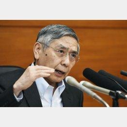 金融政策決定会合後、記者会見する日銀の黒田総裁(C)共同通信社