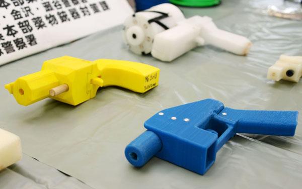 神奈川県警が押収した3Dプリンターで造った殺傷能力のある樹脂製の銃(C)共同通信社