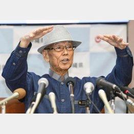 記者会見する沖縄県の翁長雄志知事(C)共同通信社