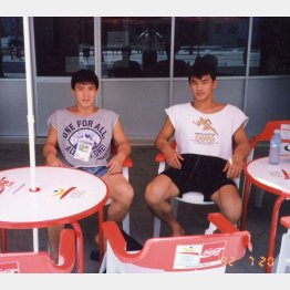 先輩の古賀捻彦(左)と2人で金メダル(バルセロナ五輪で)(提供写真)