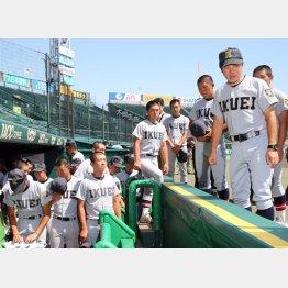 1日、球場見学に訪れた仙台育英ナイン(C)日刊ゲンダイ