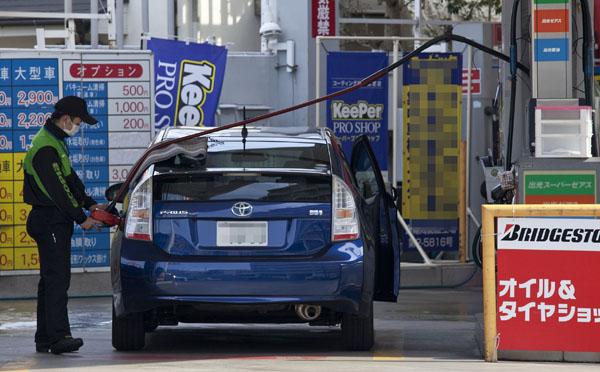 ガソリン代は10週連続で150円超え(C)日刊ゲンダイ