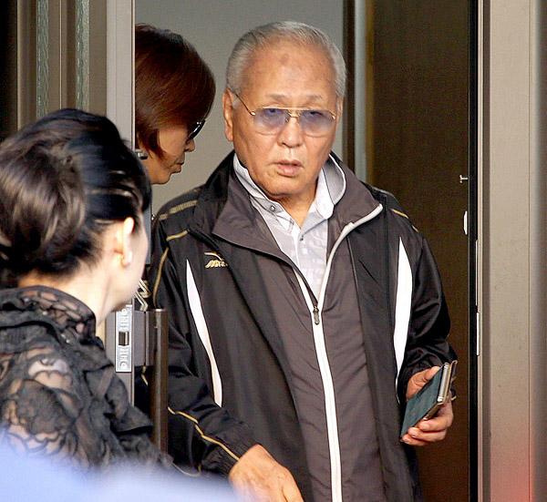 6日、大阪市内の自宅を出る山根会長(C)日刊ゲンダイ