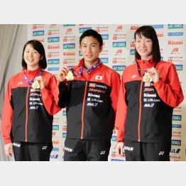 桃田(中)と共にメダルを手にする永原(左)と松本(C)日刊ゲンダイ