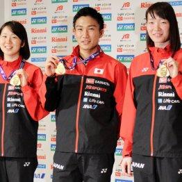 桃田(中)と共にメダルを手にする永原(左)と松本