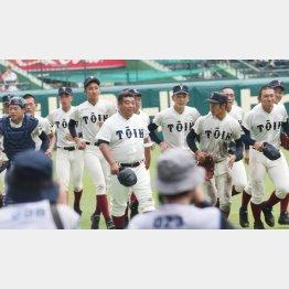 初戦突破を喜ぶ西谷監督(中央)ら大阪桐蔭ナイン(C)日刊ゲンダイ