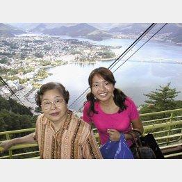 祖母と(大学時代)(提供写真)