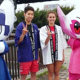 萩野公介(左)とカイリー・マス