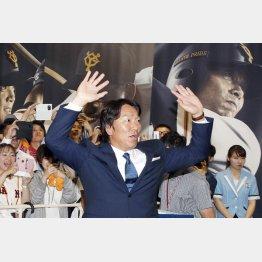 解説を終え、出待ちするファンに手を振る松井氏(C)日刊ゲンダイ