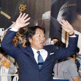 解説を終え、出待ちするファンに手を振る松井氏