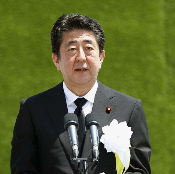 長崎原爆犠牲者慰霊平和祈念式典であいさつする安倍首相(C)共同通信社